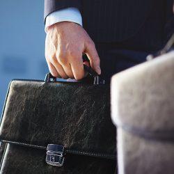 Чи може держслужбовець працювати помічником або стажистом адвоката?